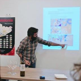Ruben explicando la biodinamica en su finca